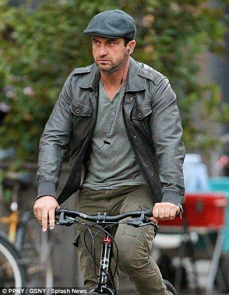 Суровый Джерард Батлер на велосипеде