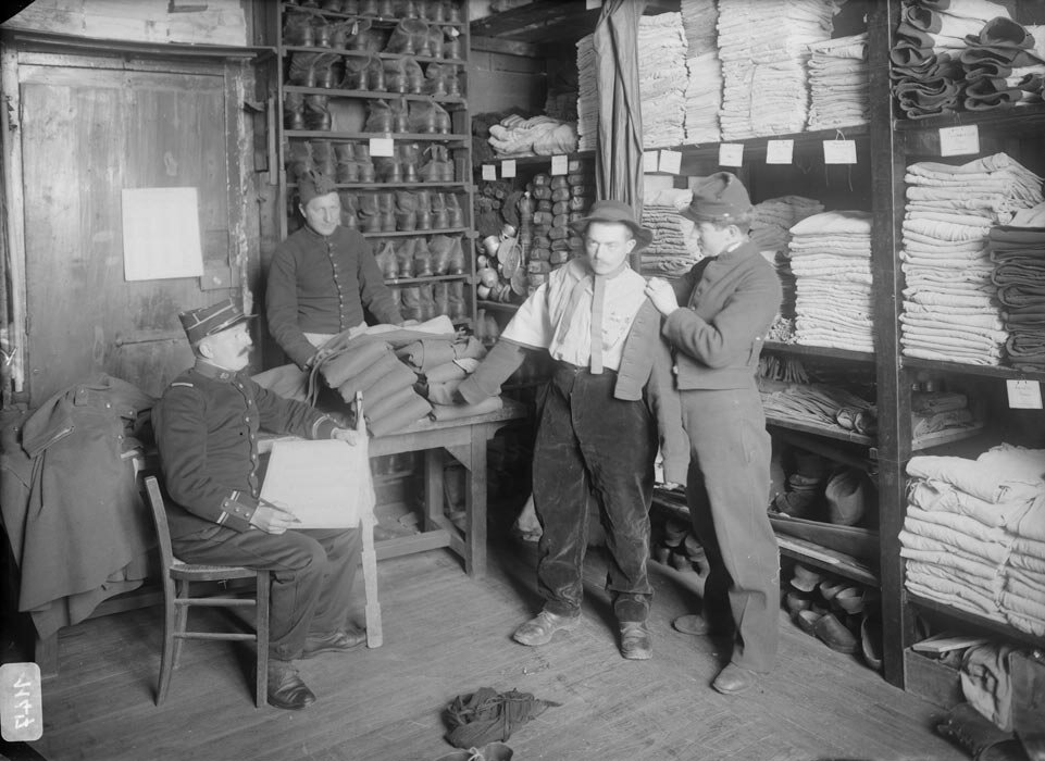 Un conscrit essaye son uniforme lors de la perception de son paquetage au magasin de la compagnie du 89e regiment d'infanterie.