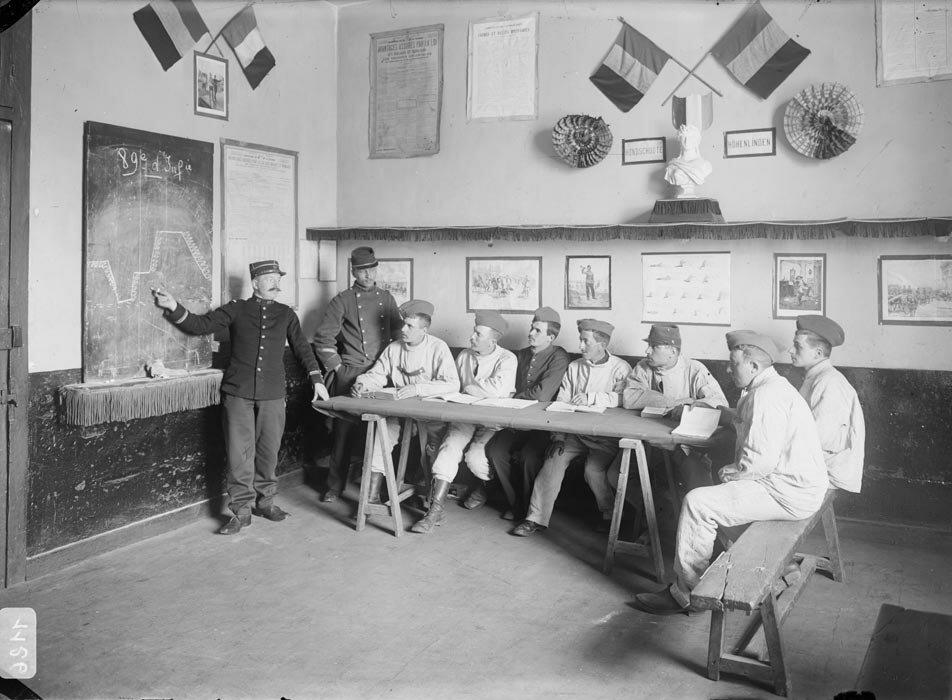 La lecon de strategie au 89e regiment d'infanterie, l'etude des eleves caporaux.
