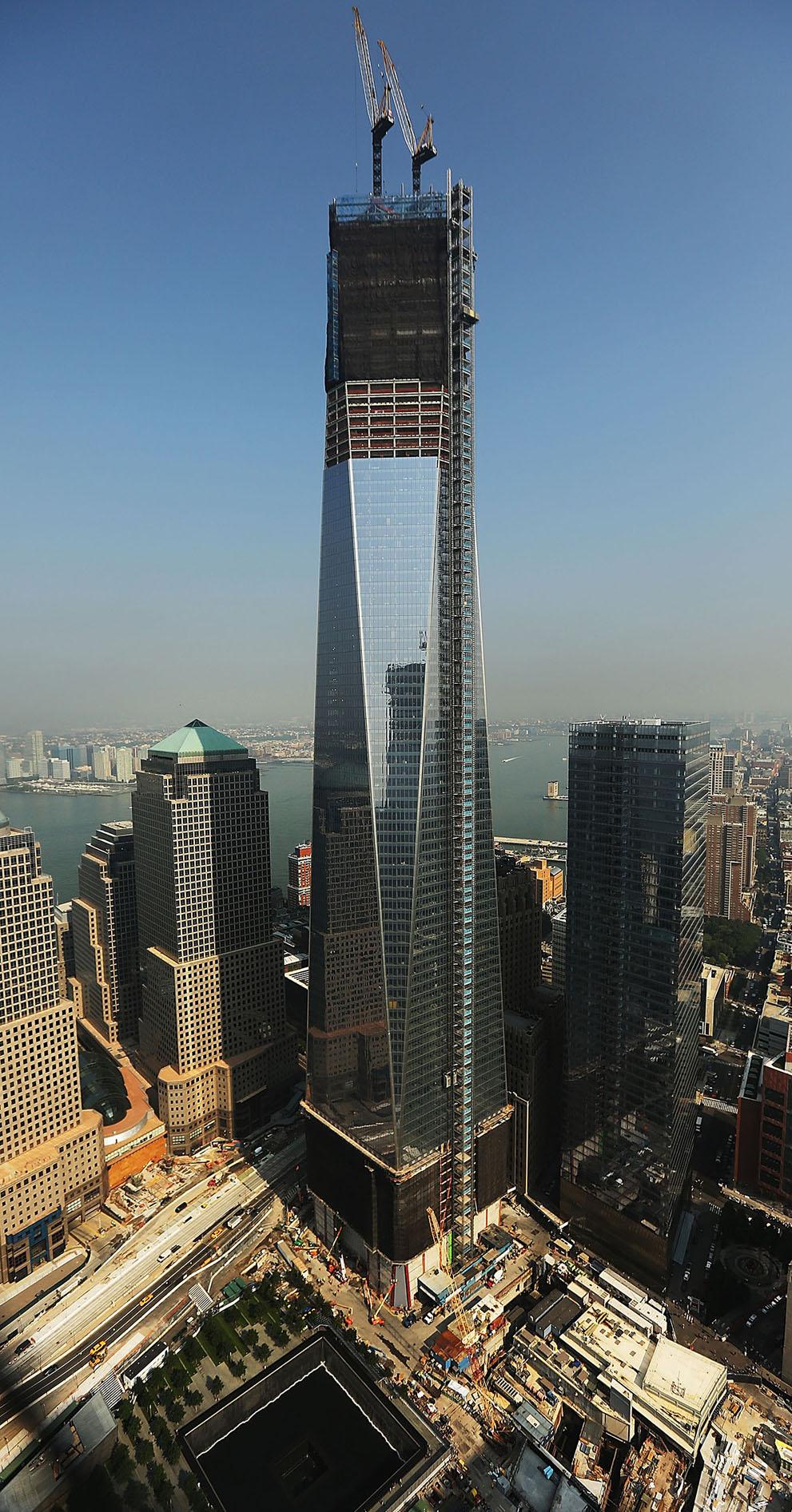 На фотографии вы видите Всемирный торговый центр 1 также известен как Башня  Свободы (Freedom Tower). Его возведение началось в апреле 2006 года. a241674ca6f