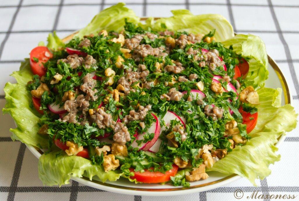 Овощной салат с заправкой из анчоусов. Французская кухня