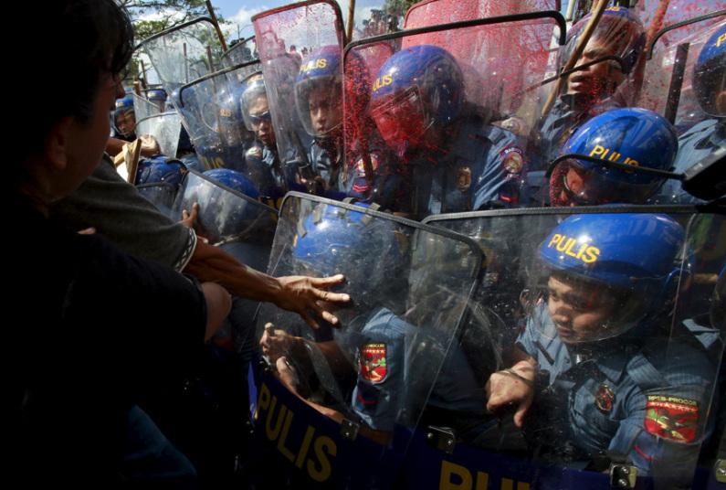Столкновения между демонстрантами и полицией возле места проведения форума Азиатско-Тихоокеанского э
