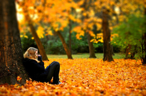 идеи для осенней фотосессии - посиделки на осенних листьях