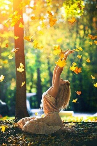 идеи фотосессии для девушек - девушка кидает осенние листья