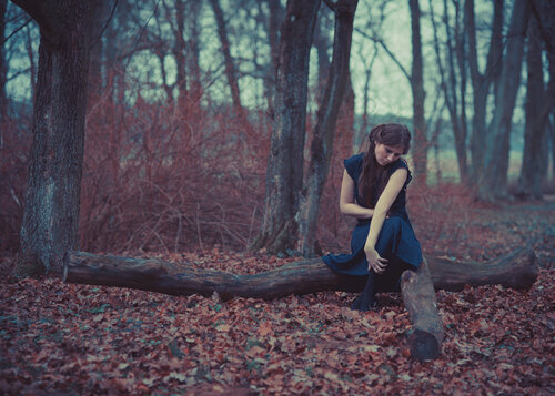 идеи для фотосессии в лесу - девушка на фоне осенних листьев