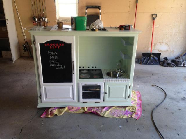 Отец построил игрушечную кухню для своего сына