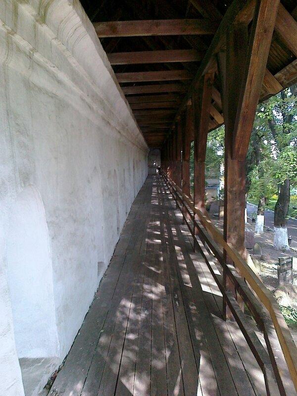 Галерея вдоль крепостной стены Печерской лавры