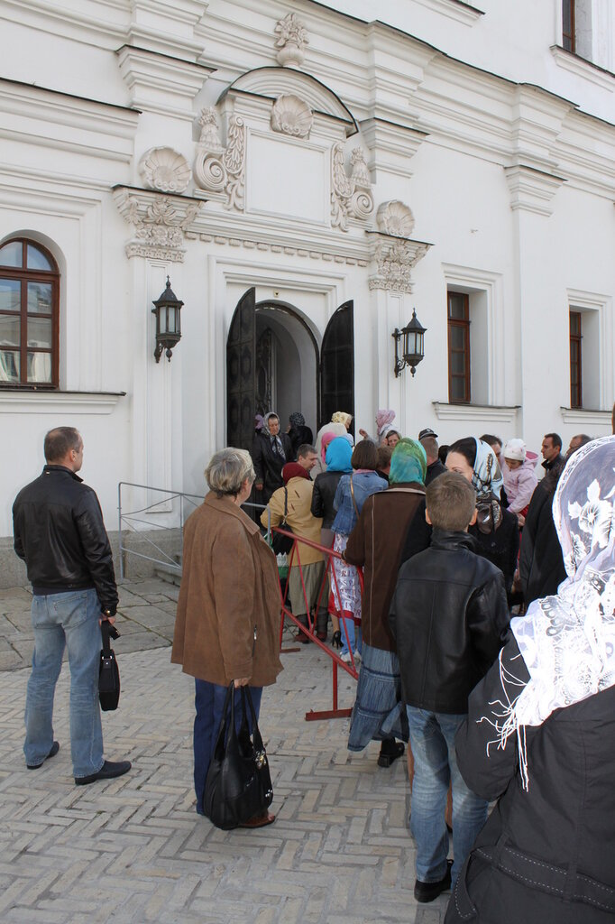 Паломники выходят после посещения Плащаницы