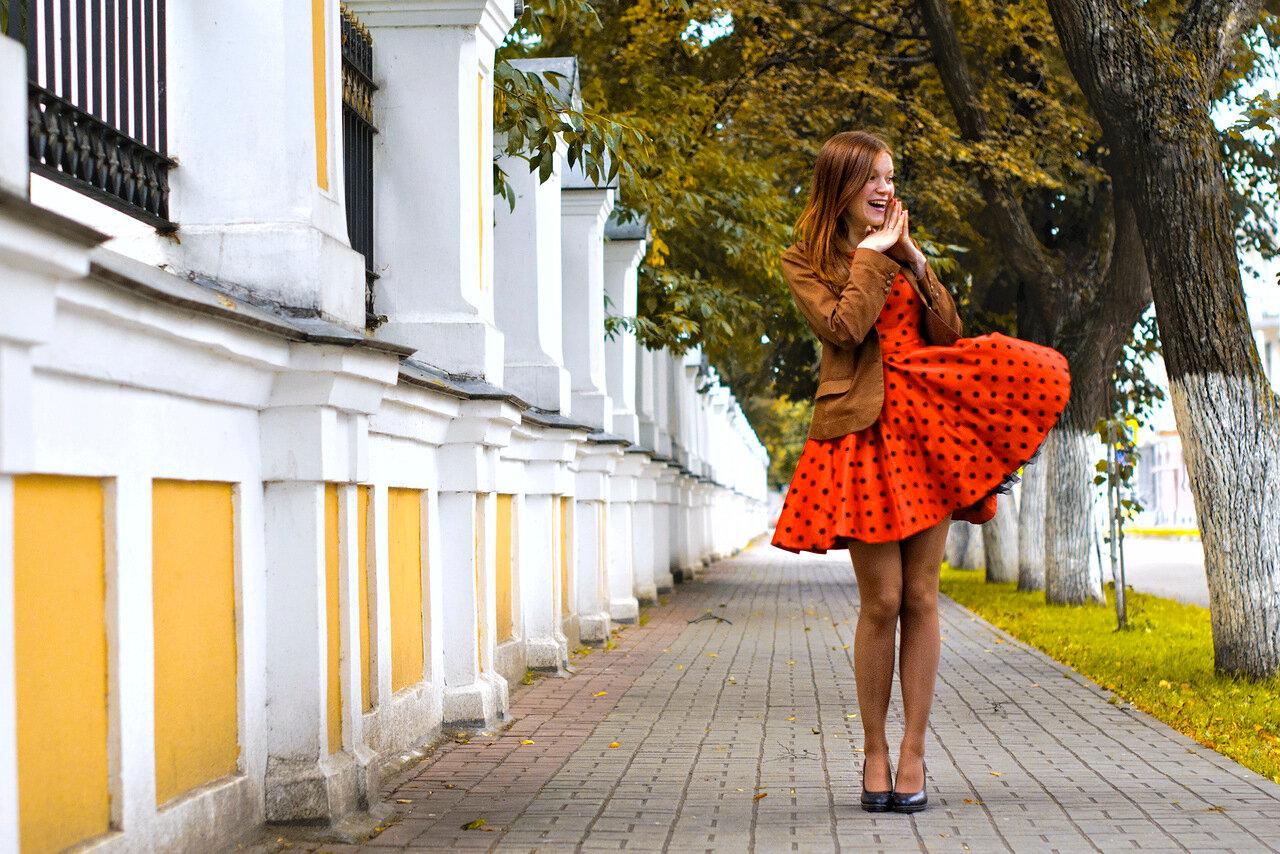 Рыжие девушки в платьях и юбках 11 фотография