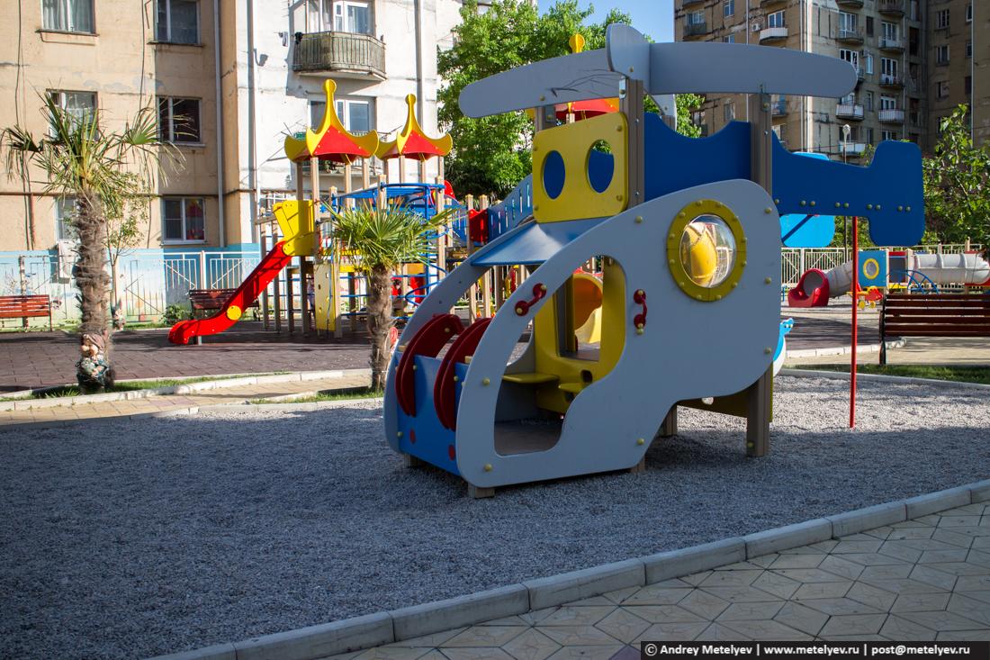 Детская площадка в новом районе в Гаграх