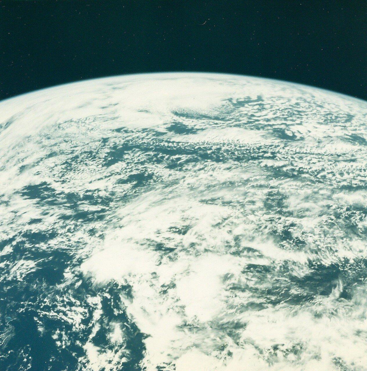 Через 11 минут 40 секунд корабль вышел на расчётную околоземную орбиту высотой 162,7 км на 169 км. На снимке: Вид Земли с орбиты до перехода «Аполлона-16» на траекторию полёта к Луне