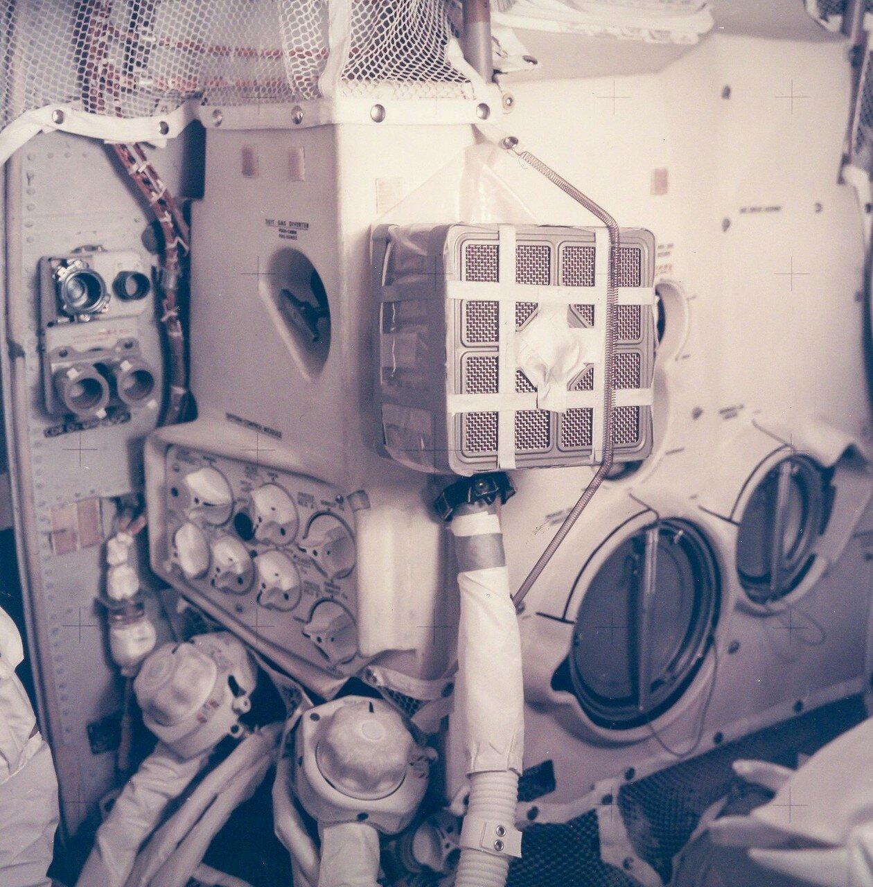 В результате этой аварии высадка на Луну стала невозможной, а жизнь самого экипажа оказалась под угрозой.  На снимке: Внутри Лунного Модуля