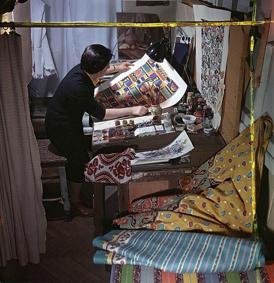 1959 Комбинат Трёхгорная мануфактура. Художник по ткани А.С. Риттер за работой.jpg