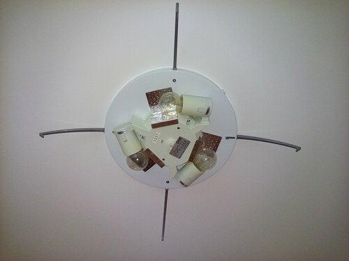 Вызов электрика аварийной службы в квартиру из-за подозрений на перегревание потолочной люстры