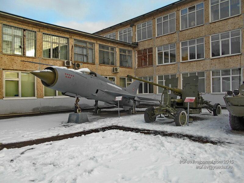 МиГ-21 и 57-мм зенитная пушка С-60, областной военкомат, Железнодорожный