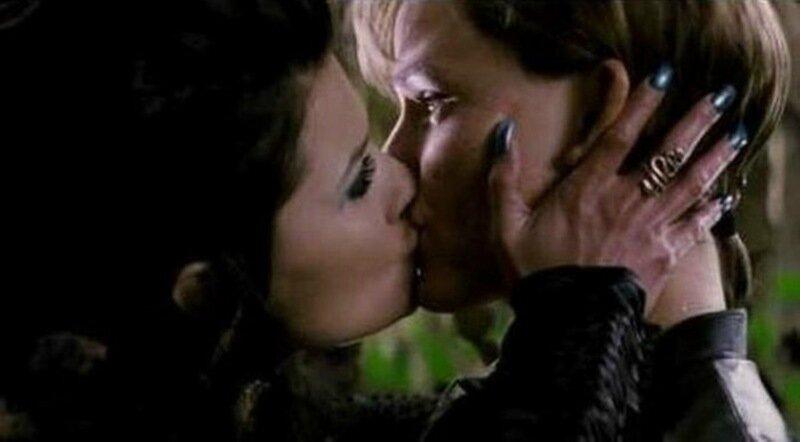Знаменитости тоже люди. Самые скандальные поцелуи звезд (много фото)