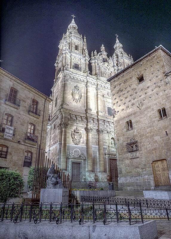 Ночная Саламанка. Церковь духовенства (Iglesia de La Clerecía). HDR