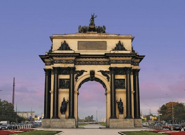 Триумфальные ворота вМоскве. Если это Главный корпус МГУ или одно изеще шести таких зданий-близнец