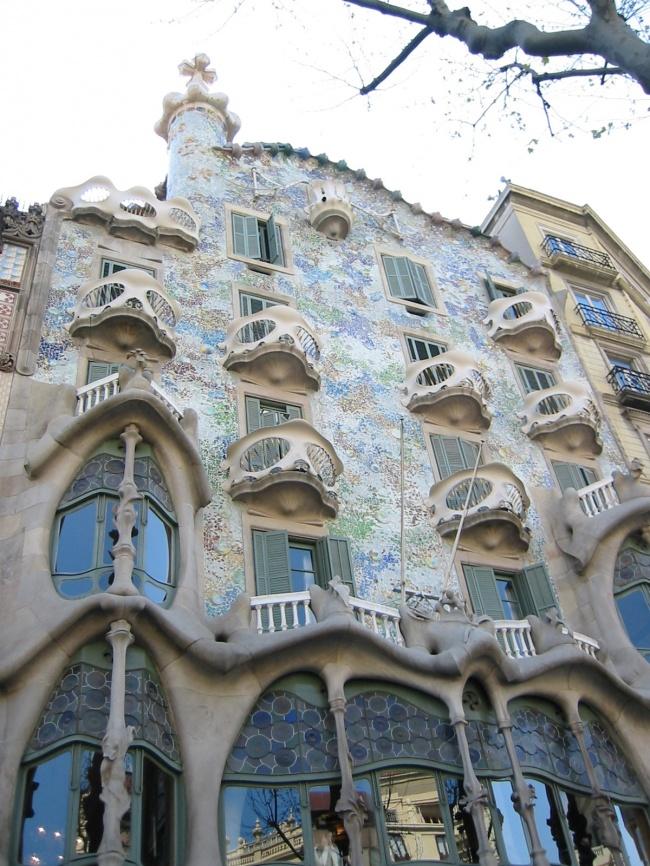 Дом Бальо вБарселоне. Если вбетонном параллелепипеде или цилиндре вырубили небольшие окошки, покра