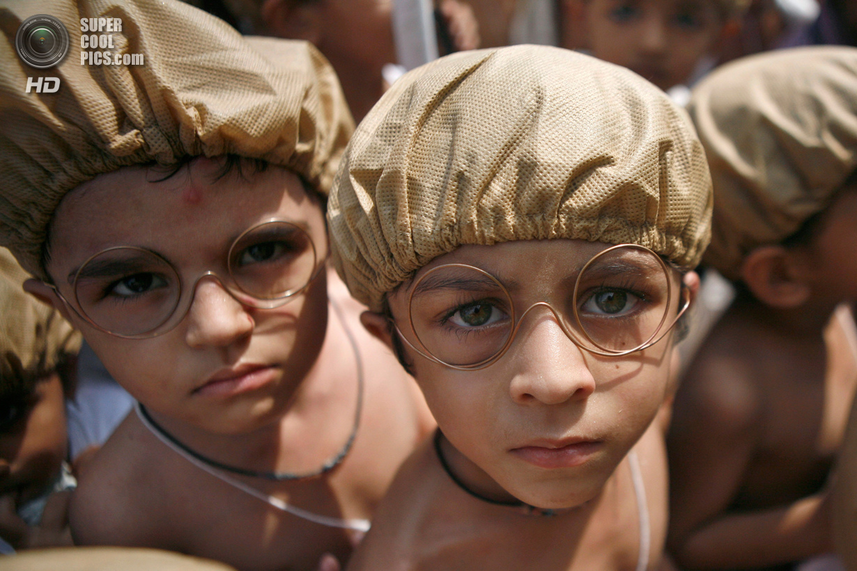 Сыновья чествуют «отца индийской нации» (11 фото)