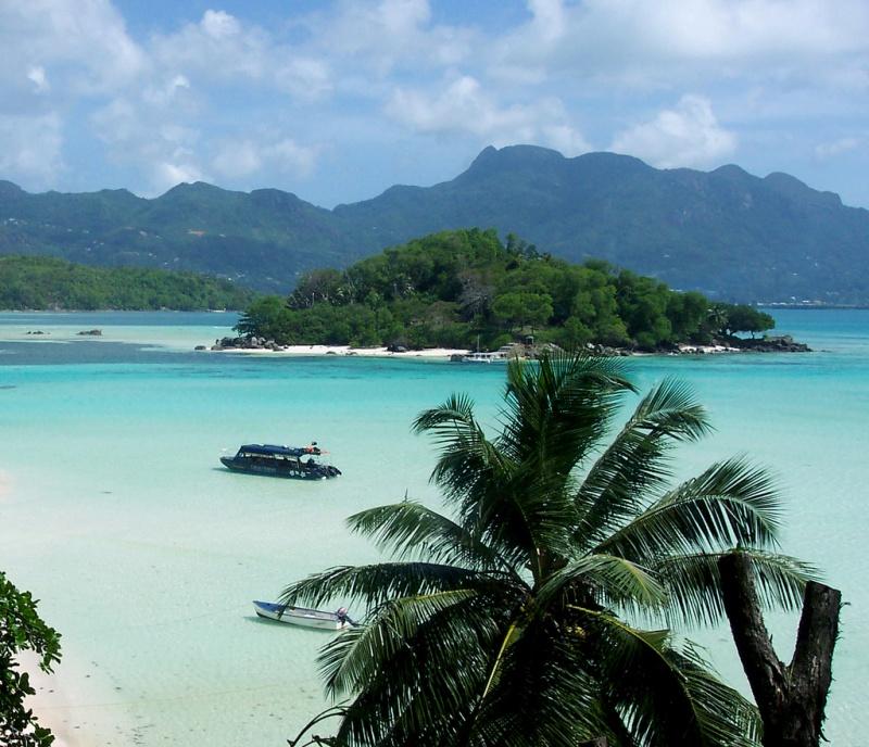 Более 50-ти лет остров был полностью забыт ипокинут, пока невстретил своего Робинзона влице Бренд