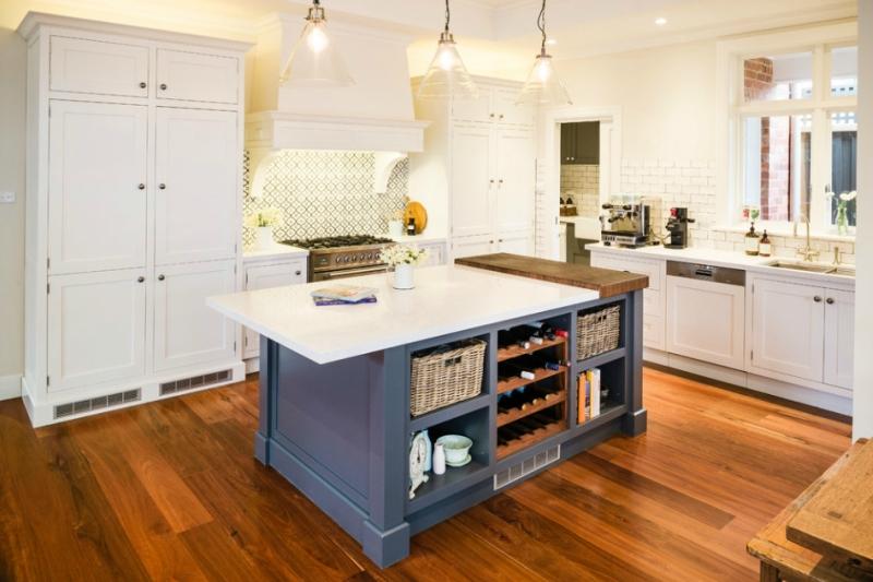 Дизайн кухни в светлых оттенках фото 17
