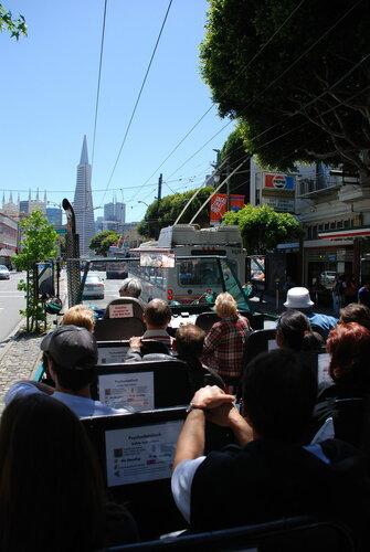 Туристическая машина-амфибия в центре Сан-Франциско