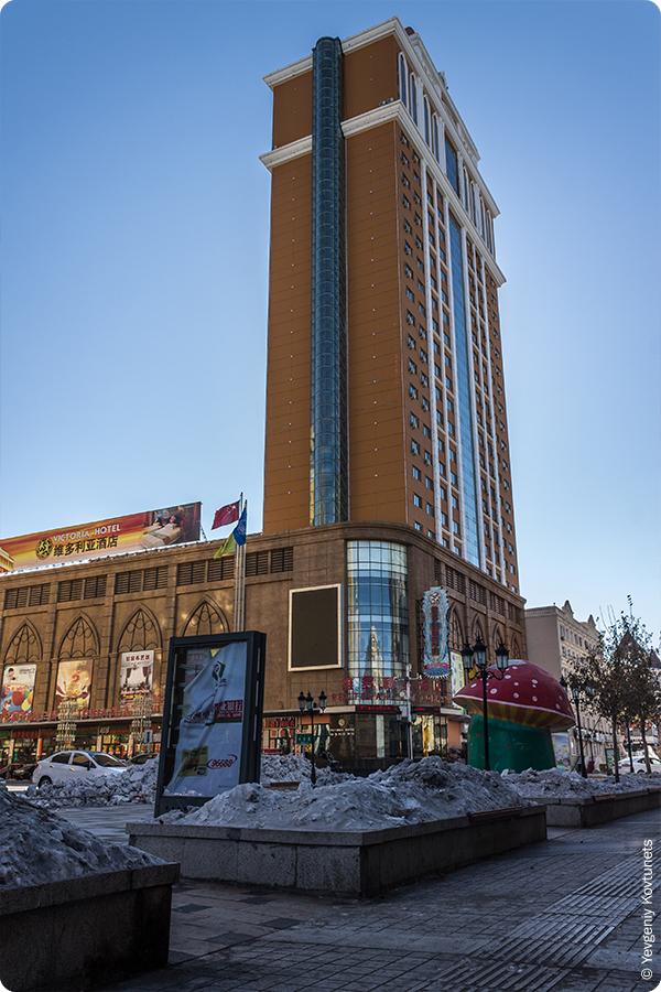 высотная гостиница с внешним стеклянным лифтом, Маньчжурия