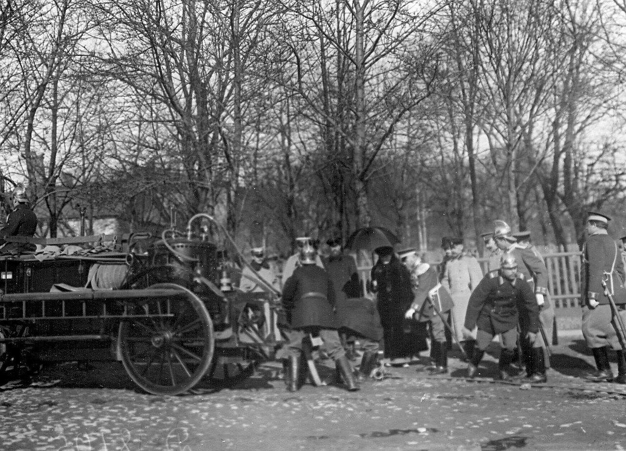 13. Великая княгиня Мария Павловна и сопровождающие ее лица осматривают устройство шланга