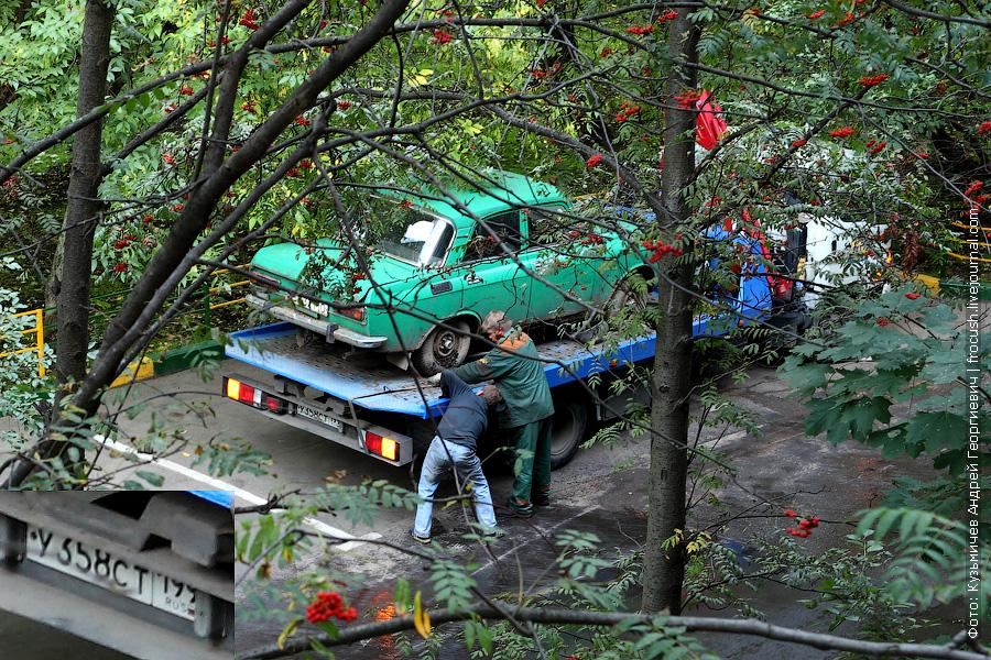 эвакуатор увозит брошенный автомобиль