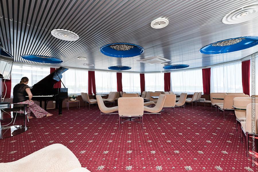 теплоход Александр Пушкин музыкальный салон на шлюпочной палубе