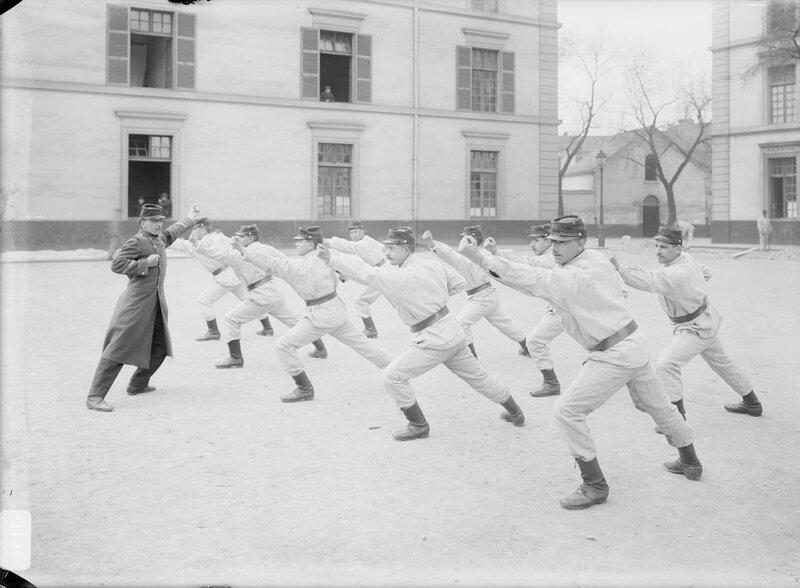 Entrainement physique dans la cour de la caserne, exercice de boxe pour les soldats de l'infanterie.
