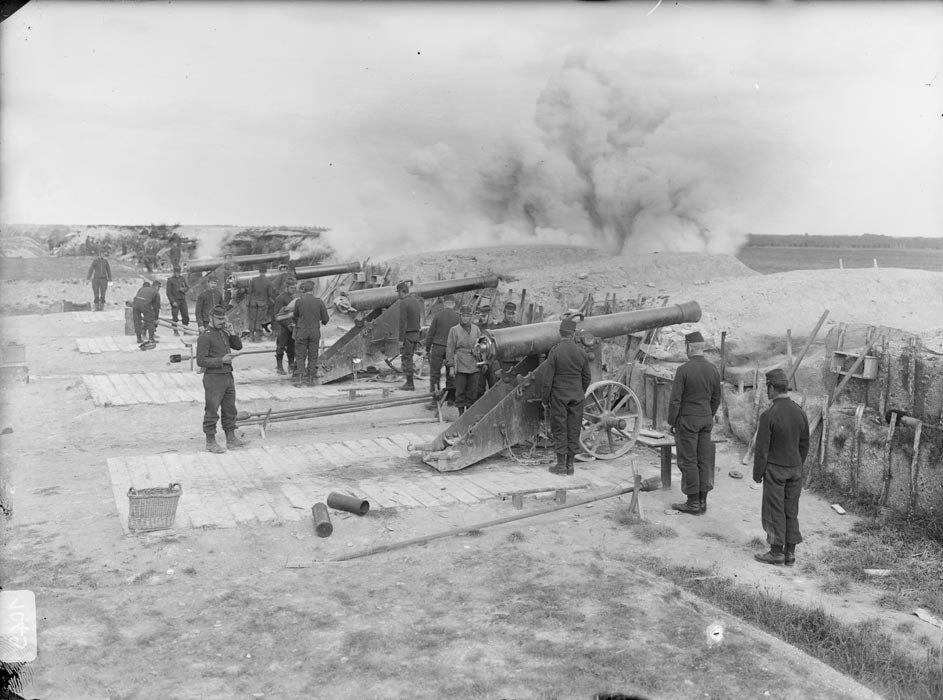 Les artilleurs s'exercent au tir sur le polygone avec des canons de 120 L modele 1878 de Bange disposes en batterie.