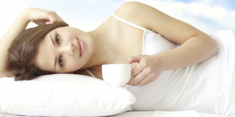 Девушка с чашкой кофе