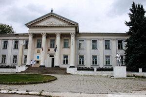 Административное здание села Заюково у памятника Ленину (Кабардино - Балкария)