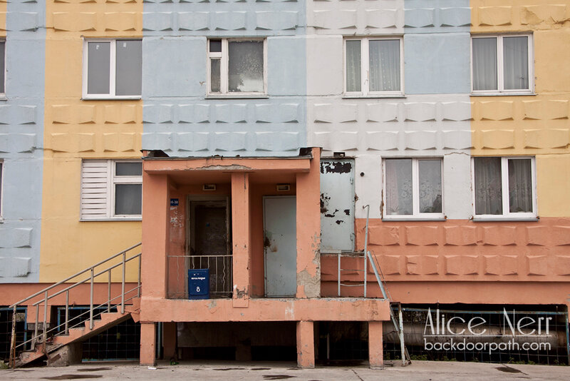 типичная парадная в типичном доме города Удачный