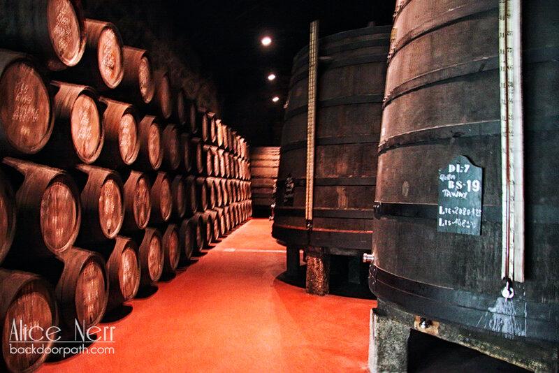 бочки с портвейном, склад португальского портвейна Calem