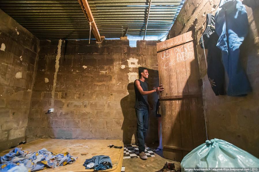 6. Шкафы, диваны, комоды — то все непозволительная роскошь для большинства живущих на Занзибаре люде
