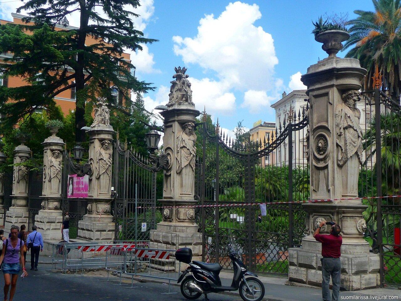Ограда дворца Барберини.