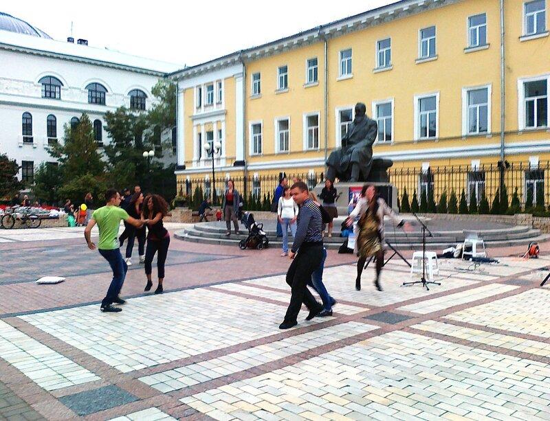 Танцы под памятником Грушевскому