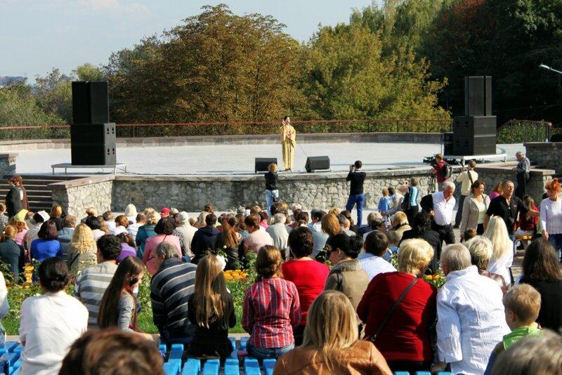 Зрители на открытии выставки хризантем