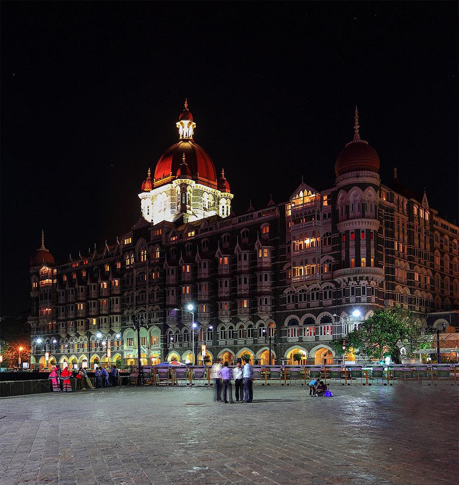 """Фотография 16. Отчеты туристов о путешествиях по Индии. Вечерний вид на отель """"Тадж-Махал"""" в Мумбаи.  (камера Canon EOS 6D, объектив Canon EF 17-40 mm f4.0L, В=1/250, EV=-1, f/6.3, ФР40, ИСО 100)"""
