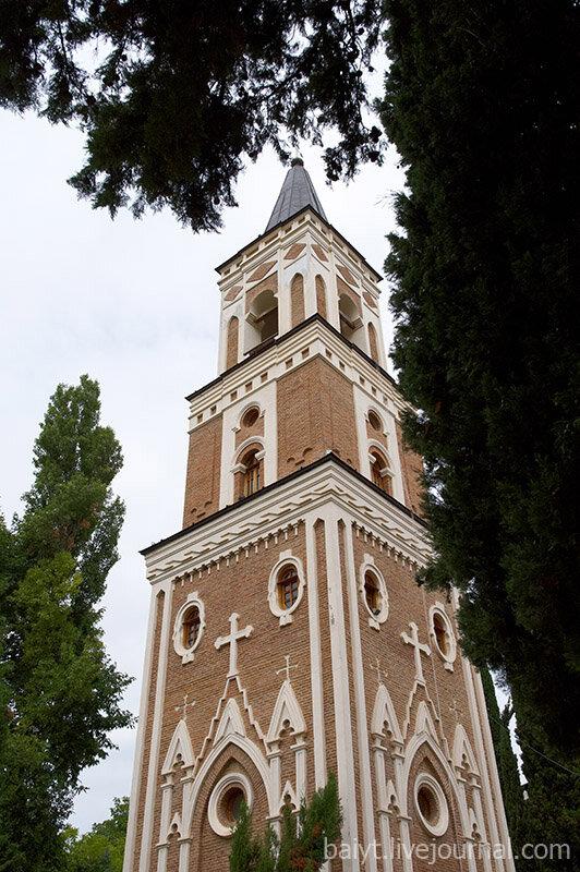 Колокольня женского монастыря в Бодбе.