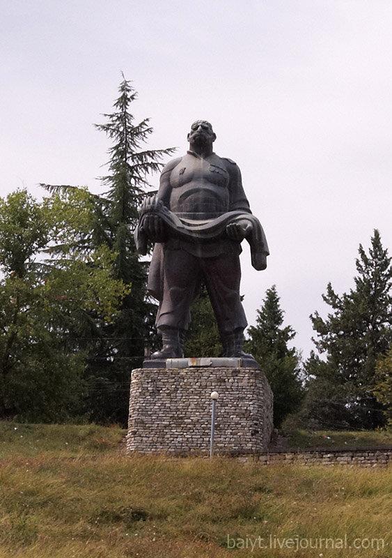 По дороге из Сигнахи в Цинандали. Памятник отцу солдата (по мотивам одноимённого фильма).