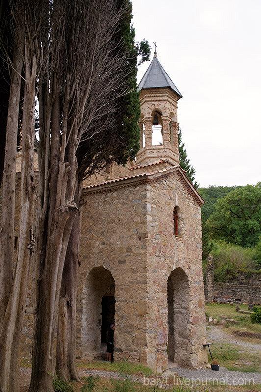 Церковь Святого Духа: вход и звонница