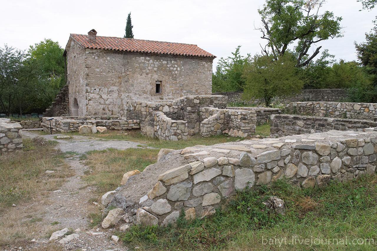 Храм Святой Троицы (6 век н.э.) и остатки древних зданий.