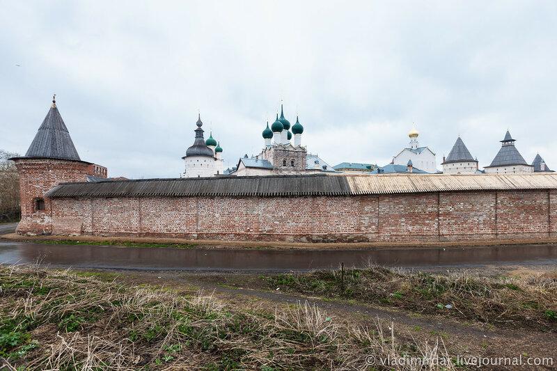 Старая южная стена Ростовского кремля. Стена Митрополичьева сада.