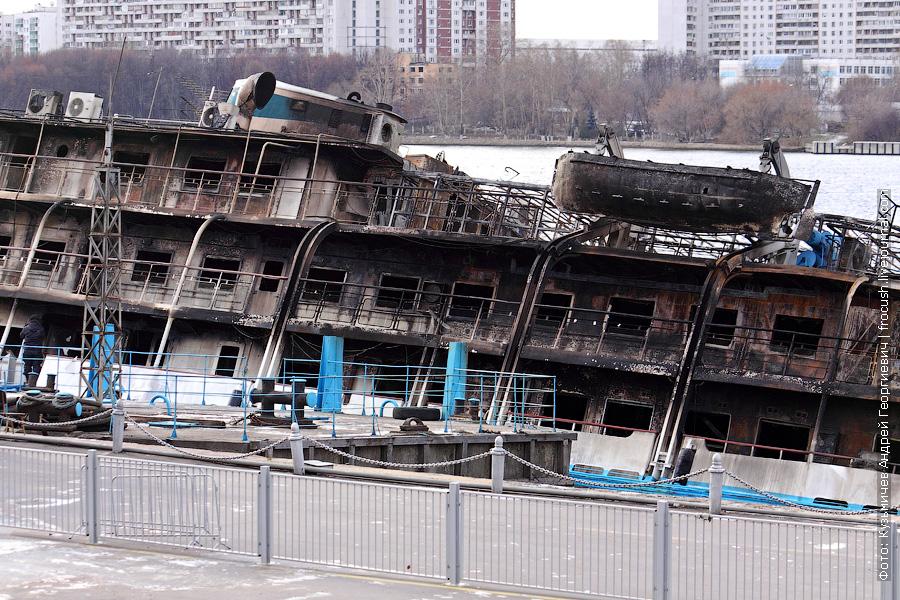 теплоход Сергей Абрамов полностью сгорел у причала Северного речного вокзала Москвы