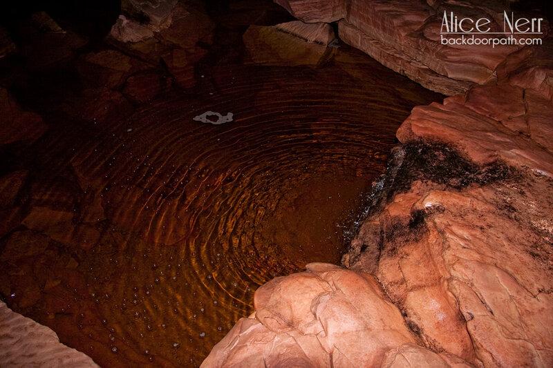 водопад с бассейном в пещере на Рорайме