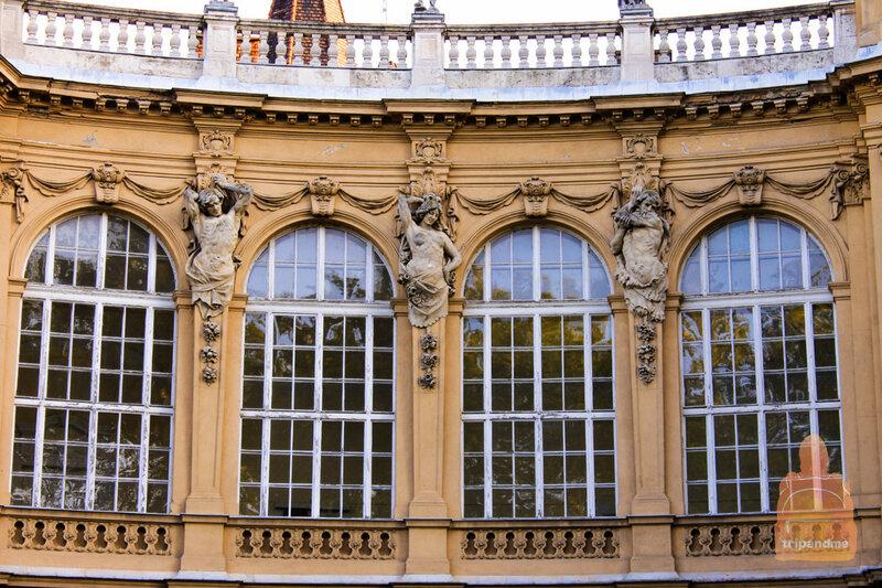 Стены замка украшают многочисленные барельефы